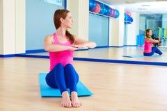 Exercício do exercício da torção da espinha da mulher de Pilates no gym fotos de stock royalty free
