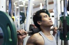 Exercício do gym do homem Imagens de Stock Royalty Free