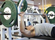 Exercício do gym do homem Foto de Stock