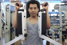 Exercício do gym do homem Fotos de Stock