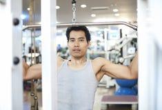 Exercício do gym do homem Imagem de Stock Royalty Free