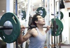 Exercício do gym do homem Fotografia de Stock Royalty Free