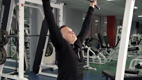 Exercício do homem da aptidão no fitness center Aptidão, esportes, conceito do exercício vídeos de arquivo
