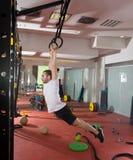Exercício do homem do exercício do balanço do anel do mergulho da aptidão de Crossfit fotografia de stock royalty free