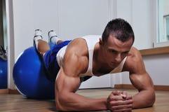 Exercício do homem do músculo fotografia de stock