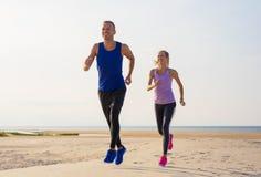 Exercício do homem e da mulher fora fotos de stock royalty free
