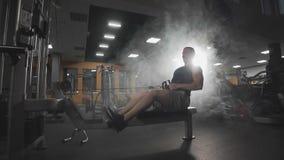 Exercício do homem na máquina da aptidão no gym Exercício do halterofilista com instrumento do gym vídeos de arquivo