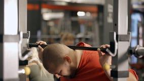 Exerc?cio do homem no gym e peso guardar nas m?os filme