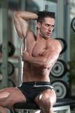 Exercício do homem novo com pesos Fotos de Stock