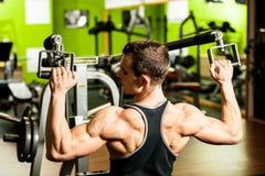 Exercício do homem novo de Handsom no gym da aptidão Fotografia de Stock Royalty Free