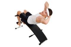 Exercício do homem novo no banco que trabalha em m abdominal Fotos de Stock Royalty Free