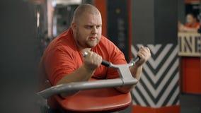 Exerc?cio do homem novo no gym com o barbell nas m?os filme