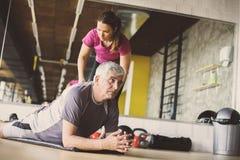 Exercício do homem superior no centro de reabilitação fotos de stock royalty free