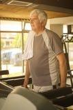 Exercício do homem superior no gym fotos de stock royalty free