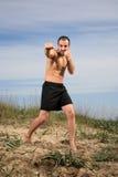 Exercício do instrutor das artes marciais exterior imagens de stock