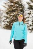 Exercício do inverno Sportswear e óculos de sol vestindo da menina Fotos de Stock Royalty Free
