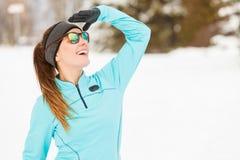 Exercício do inverno Sportswear e óculos de sol vestindo da menina imagem de stock