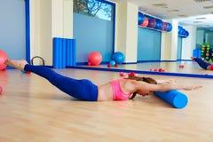 Exercício do rolo do mergulho de cisne do rolo da mulher de Pilates Fotos de Stock Royalty Free