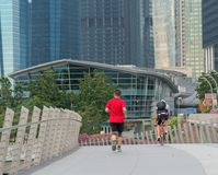 Exercício dos corredores e dos ciclistas na manhã fotos de stock