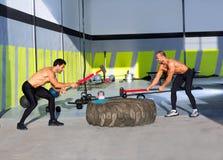 Exercício dos homens do martelo de pequeno trenó de Crossfit Imagem de Stock