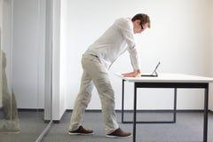 Exercício dos pulsos durante o trabalho de escritório Imagem de Stock