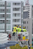 Exercício dos sapadores-bombeiros em uma escada da viatura de incêndio Foto de Stock