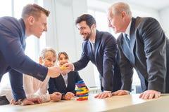 Exercício dos trabalhos de equipa para o seminário teambuilding imagem de stock royalty free