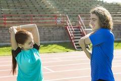 Exercício e esporte fazendo adolescentes felizes do treinamento Foto de Stock