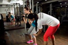 Exercício e mostras pessoais do instrutor como malhar o treinamento foto de stock