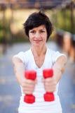 Exercício envelhecido médio da mulher imagem de stock
