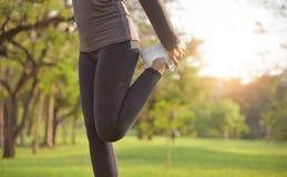 Exercício fêmea asiático no parque fotos de stock