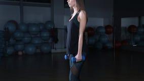 Exercício fêmea da menina da aptidão interno no gym vídeos de arquivo
