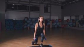 Exercício fêmea da menina da aptidão interno no gym filme