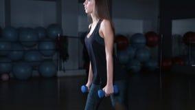 Exercício fêmea da menina da aptidão interno no gym video estoque