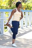 Exercício fêmea do African-American, esticando Fotos de Stock Royalty Free
