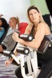 Exercício fazendo consideravelmente louro no gym Imagem de Stock Royalty Free