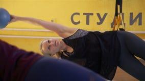 Exercício fazendo fêmea com uma bola médica filme