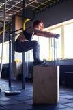 Exercício fazendo fêmea da resistência no gym Imagem de Stock Royalty Free