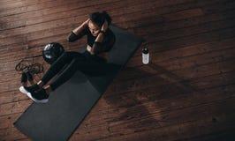 Exercício fazendo fêmea do abdômen no gym imagem de stock royalty free
