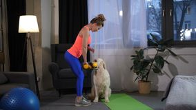 Exercício fazendo fêmea magro do esporte com instrutor de cão video estoque