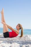 Exercício fazendo louro atlético do núcleo dos pilates fotos de stock