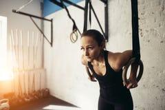 Exercício ginástico da mulher do anel no exercício de mergulho do gym Foto de Stock