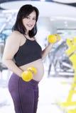 Exercício grávido saudável da mãe Imagens de Stock