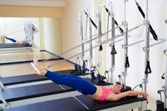 Exercício longo da espinha da mulher do reformista de Pilates foto de stock royalty free