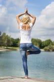 Exercício louro da ioga da mulher fotografia de stock