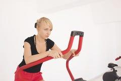 Exercício louro novo da mulher na ginástica fotos de stock royalty free