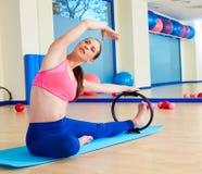 Exercício mágico do anel do estiramento do lado da mulher de Pilates imagens de stock