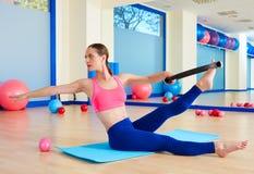 Exercício mágico do exercício do anel da torção da mulher de Pilates fotografia de stock royalty free
