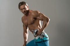 Exercício maduro do homem com pesos em Grey Background Imagem de Stock Royalty Free