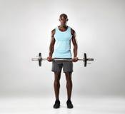 Exercício masculino africano com barbell imagem de stock royalty free